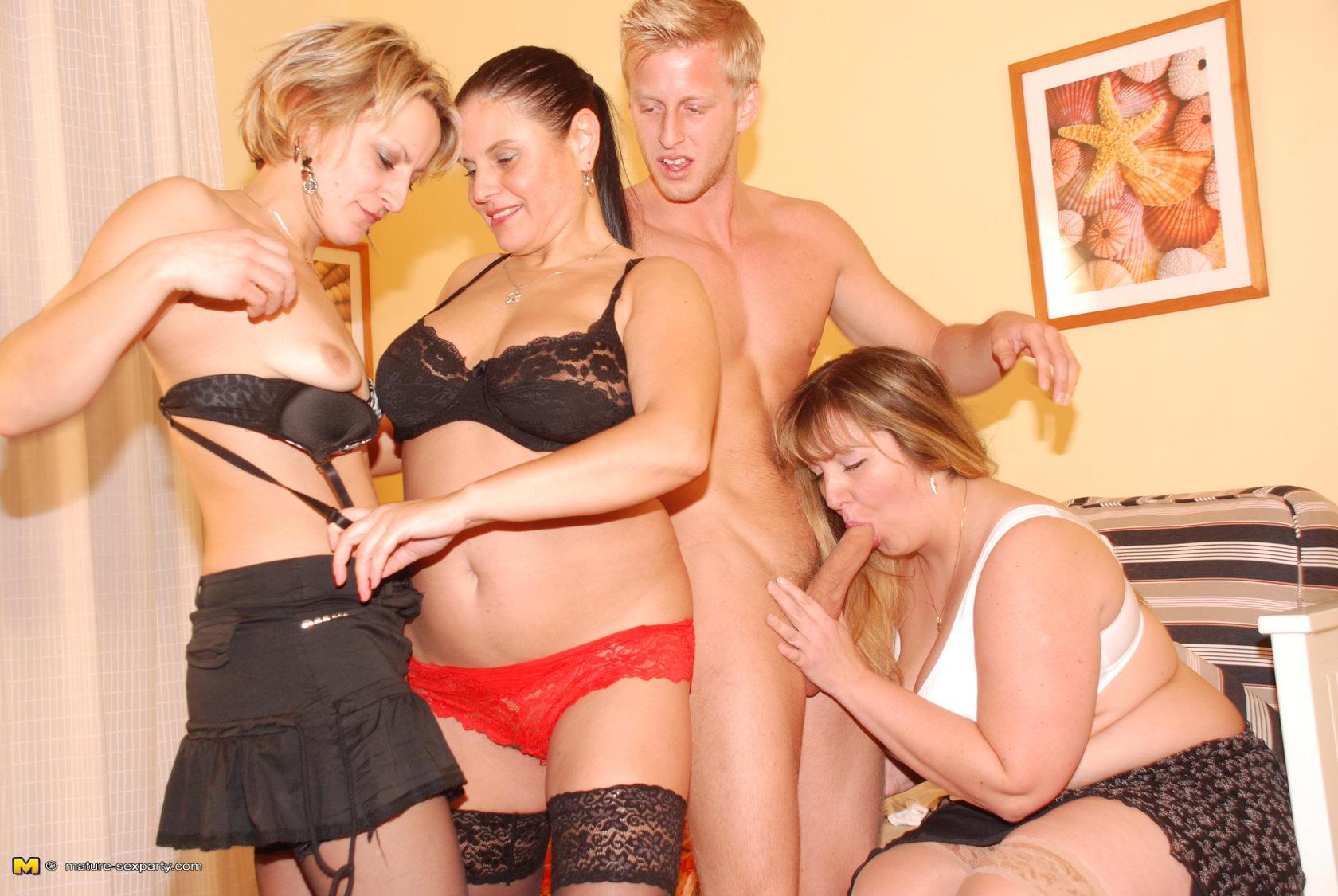 http://images.maturelovesporn.com/165/10515/b48f97cb3d6e2f51b7aff3f19d0b296e/04.jpg
